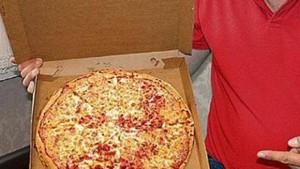 La faccia di Pep Guardiola su pizza per tifoso Manchester United
