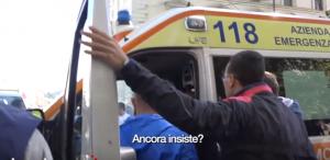 """Roma, corteo studenti: autista ambulanza litiga con poliziotto: """"Non finisce qui"""""""