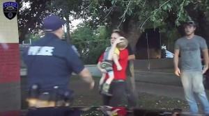 Guarda la versione ingrandita di VIDEO YOUTUBE Bimbo 3 anni non respira più, poliziotto lo salva così FOTO