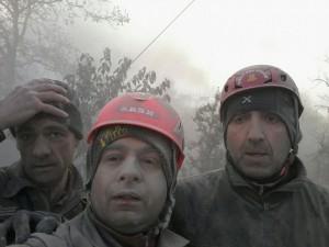 """Guarda la versione ingrandita di Terremoto, selfie pompieri: """"Nonostante tutto siamo vivi"""" FOTO"""