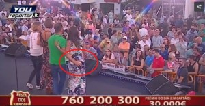 Guarda la versione ingrandita di Portogallo: presentatore palpa sedere a valletta in diretta tv VIDEO