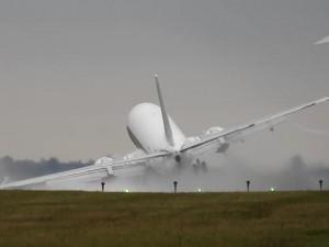 YOUTUBE Praga, aereo sbatte ala sulla pista. L'atterraggio è spaventoso