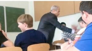 Professore gli strappa cuffiette dalle orecchie, lo studente....