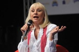 Raffaella Carrà chiama Alessandro, il bimbo malato che sorride alle sue canzoni
