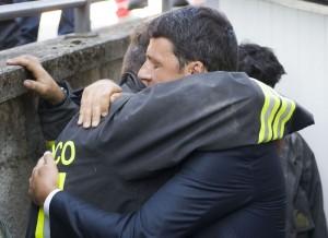 """Terremoto, Renzi: """"Containers entro Natale"""". Sfollati: """"Ridateci le tende"""""""
