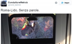 Guarda la versione ingrandita di Roma-Lido: rompe il finestrino e i vetri feriscono la capotreno (foto da Twitter)