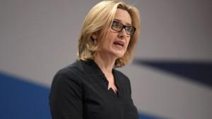 """Brexit, ministro Rudd: """"Aziende facciano liste di lavoratori stranieri"""". Poi il dietrofront"""