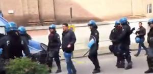 YOUTUBE Salvini contestato a Padova, lancio di uova e fumogeni