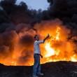 Mosul, scatta selfie accanto alle fiamme provocate da esplosione 2