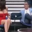 Spagna, il conduttore le abbassa il vestito. E lei resta nuda