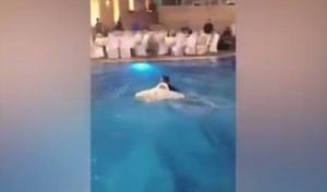 VIDEO YOUTUBE Sposa si tuffa in acqua e rischia di annegare sommersa dal vestito