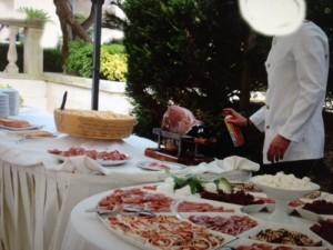 Cameriere, spray insetticida sul buffet di nozze per allontanare le mosche FOTO