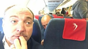 """Giacomo Stucchi (Lega), selfie in aereo con rom: """"Compagnia Vera low cost"""""""