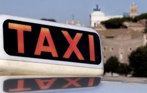"""Roma, tassista minacciata e rapinata: """"Non guiderò mai più"""""""