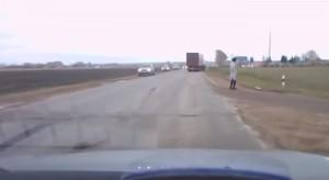 VIDEO YOUTUBE Uomo appare dal nulla sulla strada. Camion lo evita e...