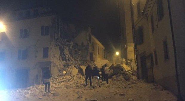 Terremoto Camerino, crolla il campanile di Santa Maria in Via FOTO