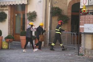 Guarda la versione ingrandita di Terremoto: vigili del fuoco e tecnici salvi grazie all'ora legale (foto Ansa)