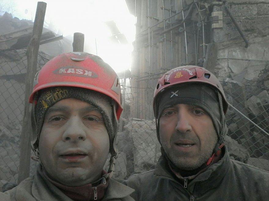 """Terremoto, selfie pompieri: """"Nonostante tutto siamo vivi2"""