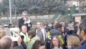 """Terremoto, sindaco Norcia contestato da cittadini: """"Non ce ne andiamo, ridateci tende"""