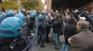 Guarda la versione ingrandita di Alessandria, No Terzo Valico contro polizia: scontri al Centogrigio Sport Village (foto Ansa)
