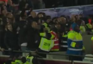 YOUTUBE West Ham-Chelsea: in tribuna volano pugni e bottiglie