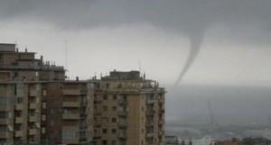 Tromba d'aria paralizza Genova: venti a 120 km/h, allagamenti e danni FOTO-VIDEO