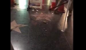 Guarda la versione ingrandita di YOUTUBE Walk of Fame: stella di Donald Trump presa a martellate