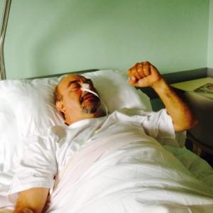 Guarda la versione ingrandita di Vauro in ospedale. FOTO con pugno chiuso.