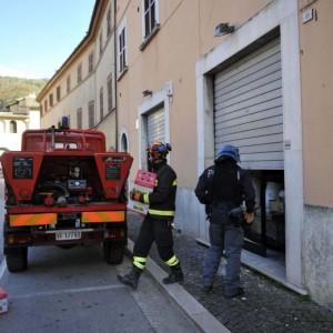 Terremoto, si lancia da finestra si frattura gambe. Casa crolla ad Ascoli, donna salvata da pompieri