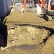 Fiumicino, si apre grossa voragine in strada: auto sprofonda02