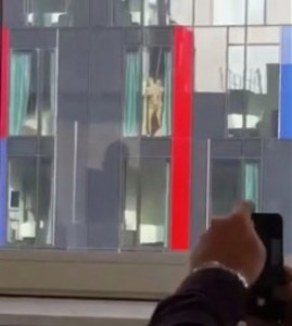 YOUTUBE Coppia ha rapporto sulla finestra dell' hotel: ripresi da vicini