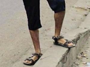 Alessandro Di Battista in sandali e pantaloni a pinocchietto FOTO