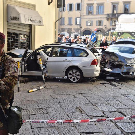 Firenze, anziano investe padre e figlio di 20 mesi in bici e si schianta contro auto