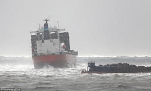 Guarda la versione ingrandita di Nave in secca nella tempesta nella Manica, elicotteri portano in salvo 23 marinai