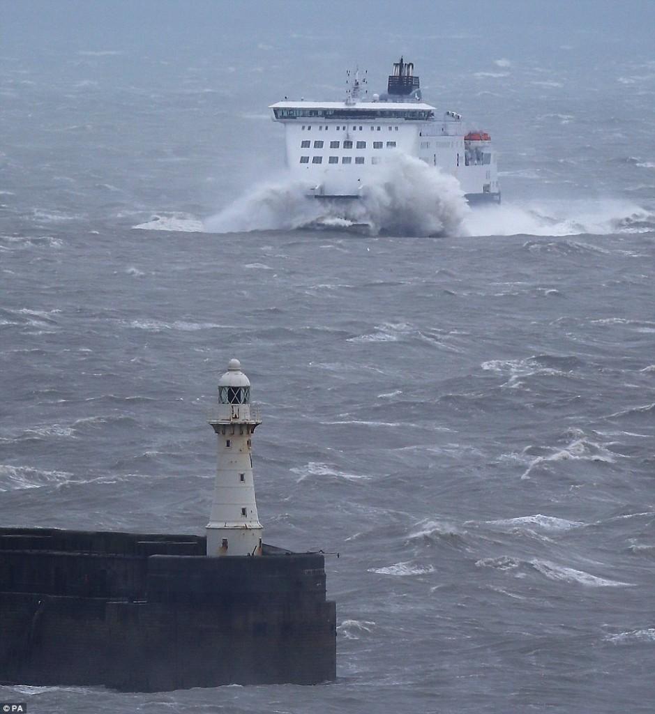Nave in secca nella tempesta nella Manica, elicotteri portano in salvo 23 marinai 03