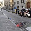 Firenze, anziano investe padre e figlio di 20 mesi in bici e si schianta contro auto 4