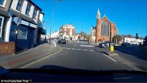 Auto non si ferma alla rotonda e travolge ciclista