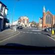 Auto non si ferma alla rotonda e travolge ciclista 2