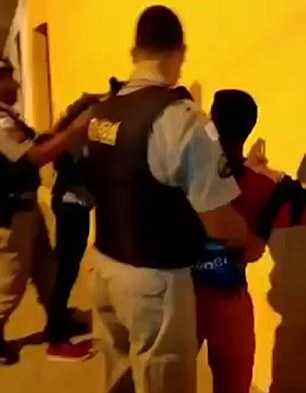 Bambino perquisito da polizia, agente lo afferra e lo rigira 1