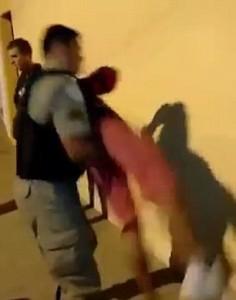 Bambino perquisito da polizia, agente lo afferra e lo rigira 11