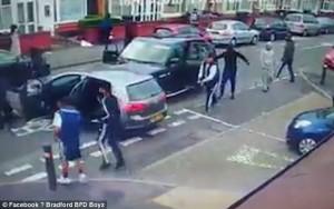 Guarda la versione ingrandita di YOUTUBE Birmingham, bande rivali si picchiano in strada con mazze e machete