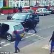 Birmingham, bande rivali si picchiano in strada con mazze e machete2