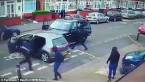 Birmingham, bande rivali si picchiano in strada con mazze e machete7