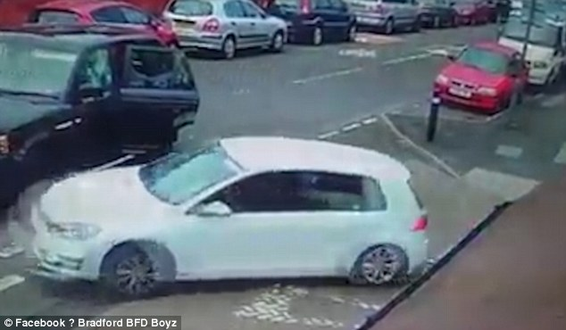 Birmingham, bande rivali si picchiano in strada con mazze e machete6