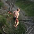 Bungee jumping estremo: ganci attaccati alla pelle