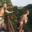 Bungee jumping estremo: ganci attaccati alla pelle5