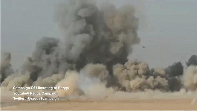Camion kamikaze bombardato in pieno a Raqqa3