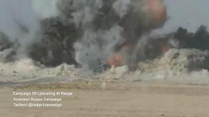 Guarda la versione ingrandita di YOUTUBE Camion kamikaze bombardato in pieno a Raqqa