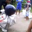 Corsa nei sacchi è estrema bambini indossano casco da motociclista e cadono a terra4