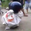 Corsa nei sacchi è estrema bambini indossano casco da motociclista e cadono a terra3